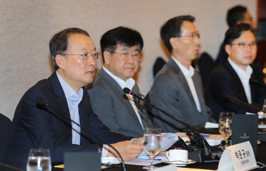 친기업 시사한 백운규 산업부 장관…이달 말 규제혁신 토론회
